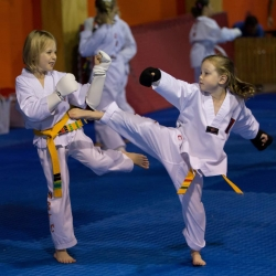 tkd - kids 7plus sparring2.jpg
